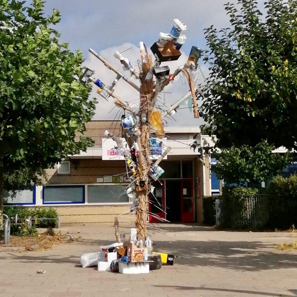 Kunstwerk van afval door KC De Ontdekking voor project De Rattenvanger